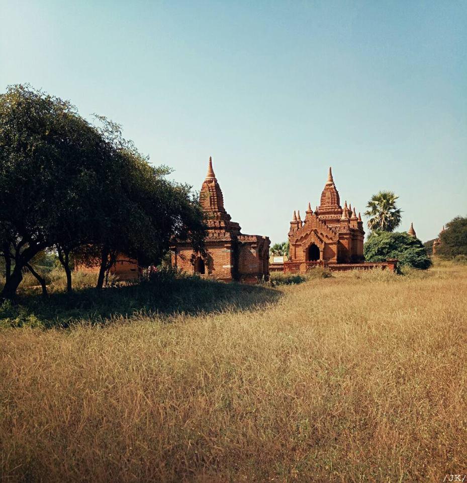 Bạn chẳng cần đi đâu xa, chỉ cần đi dạo trong khu đền đài Old Bagan là đủ mẫn mê rồi.