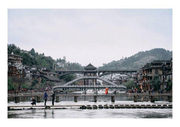 cầu đá nhảy phượng hoàng cổ trấn 600x424 - Nên đi Phượng Hoàng Cổ Trấn Tour hay đi tự túc? Kinh nghiệm du lịch Trung Quốc