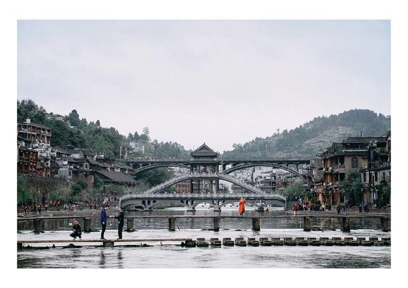 cầu đá nhảy phượng hoàng cổ trấn - Nên đi Phượng Hoàng Cổ Trấn Tour hay đi tự túc? Kinh nghiệm du lịch Trung Quốc